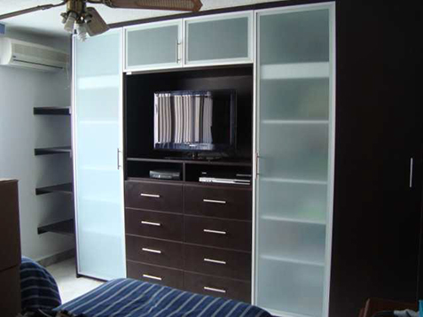 Closets con puertas de cristal acorde for Closets funcionales modernos